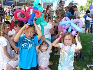 Kids.w.balloons